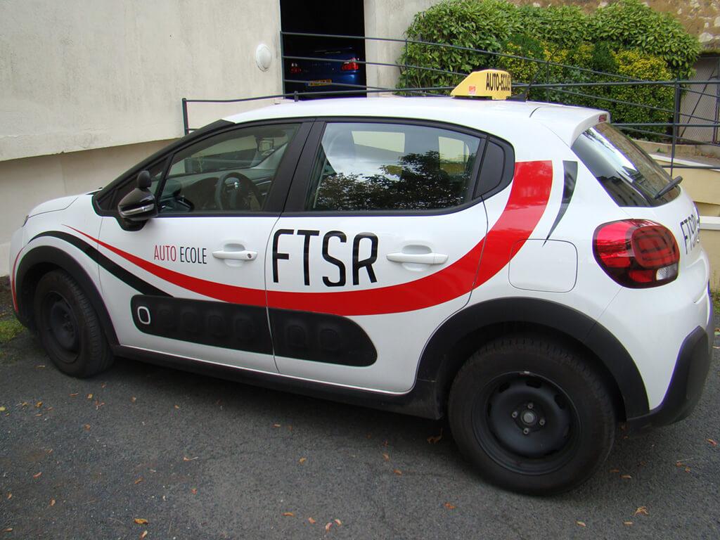 Voiture de l'auto école FTSR