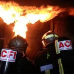 Deux hommes maitrisant un incendie