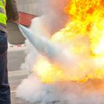 Personne étient un incendie avec un extincteur